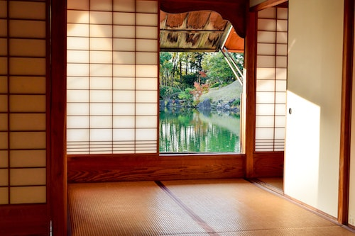 Picture of a Japanese room with window to water